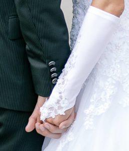 Vertrautes Paar hält sich die Hände
