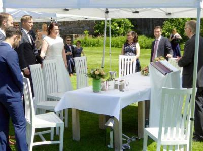 Das Brautpaar wird begrüßt