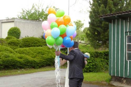 Bunte Luftballons mit Brautpaar