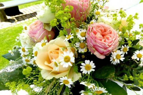 Brautstrauß mit Rosen und Mageriten