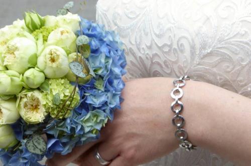 Brautstrauß in weiß und blau