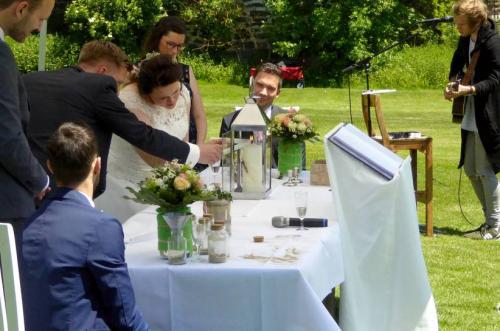 Die Hochzeitskerze wird als Zeichen des gemeinsamen Weges entzündet