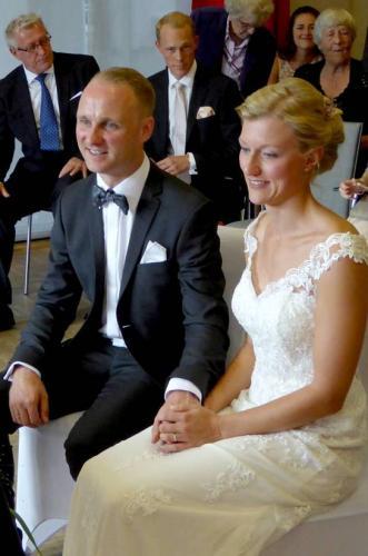 Glückliches Braupaar bei ihrer freien Trauzeremonie in Sprockhövel