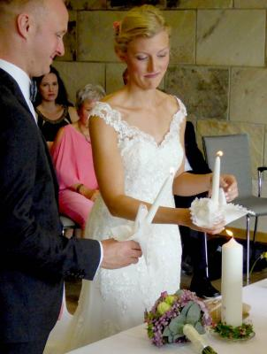 Die Hochzeitkerze wurde vom Brautpaar entzündet.